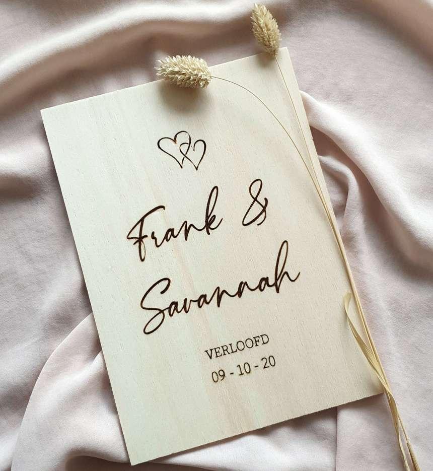 Verlovingskaart van hout met namen